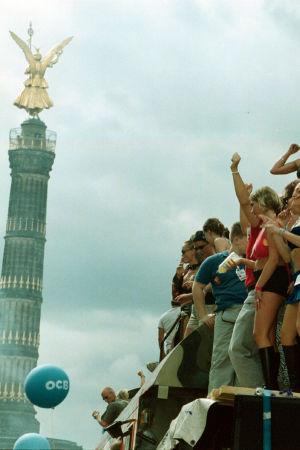 Ihmisiä tanssimassa Love Parade -tapahtumassa Berliinissä vuonna 2000.