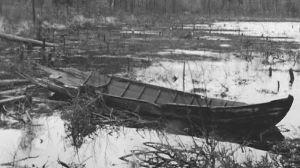 Rikkinäinen vene likaisessa vedessä.