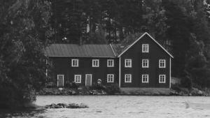 Suuri talo järven rannalla.
