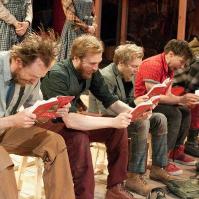 Bild från Ryhmäteatteris Sju bröder.