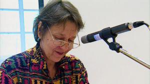 Runoilija Sirkka Turkka puhuu. Tanssiva karhu palkinto 1994.