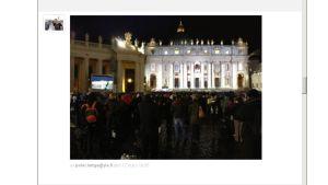 Folk på Petersplatsen väntar på röken från sixtinska kapellet.