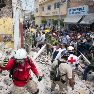 Mexikos president Enrique Peña Nieto besöker räddningsarbete.