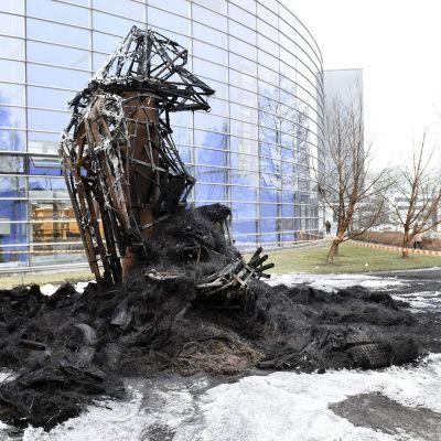 Tulipalossa tuhoutunut taideteos Helsingin Viikissä.