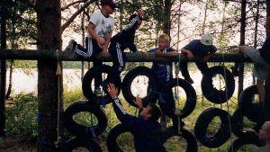 barn i klätterställning av bilringar.
