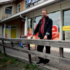 Per Dannström framför matbutiken Sale i Dalsbruk.