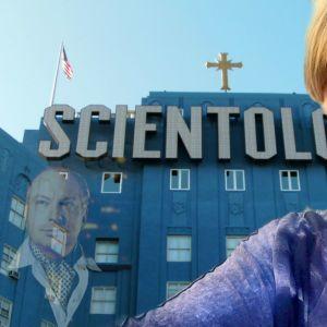 Saina Kamula framför scientologikyrkan. Montage.