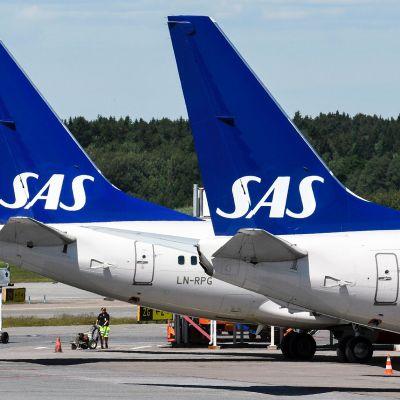 Kaksi SAS:n konetta Arlandan lentokentällä.