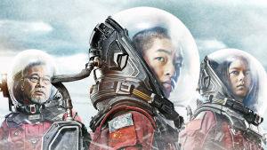 Närbild på de tre huvudpersonerna i The Wandering Earth där de står i en snöstorm iklädda rymddräkter.