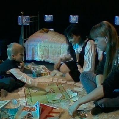 Noitalinna huraa! -yhtyeen Satu Peltoniemi ja Hannu Sepponen Hittimittarissa 1988 esitetyssä Pikkuveli-kappaleen musiikkivideossa.