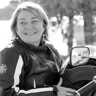 Ordförande för Imatras stadsfullmäktige, Tiina Wilén-Jäppinen på motorcykel.