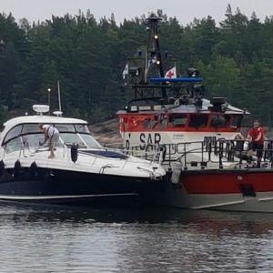 Två fritidsbåtar kolliderade i Nagu. Sjöbevakningens fartyg har parkerat bredvid den större båten på olycksplatsen.