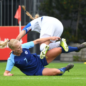 Adelina Engman glidtacklar en isländsk spelare.