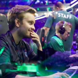 E-sportproffsen Jesse Vainikka och Topias Taavitsainen sitter vid datorer