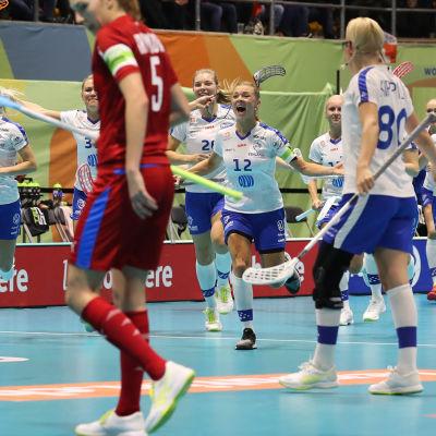 Finland firar mål mot Tjeckien.