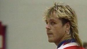 Pertti Neumann pelaa futsalia 1990.