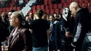 Publik väntar på Ghosts konsert.