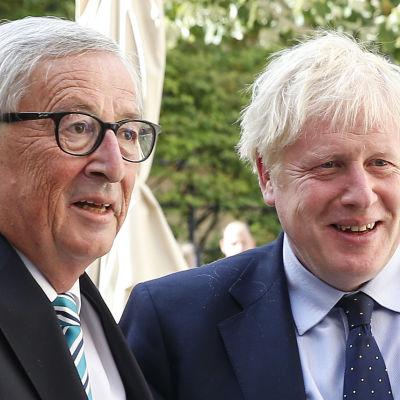 Jean Claude Juncker och Boris Johnson, männen är iklädda mörka kostymer.