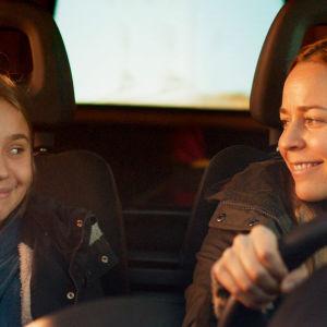 Tyttö nimeltä Varpu -elokuvan henkilöt Varpu (Linnea Skog) ja Siru (Paula Vesala) henkilöauton etupenkillä.