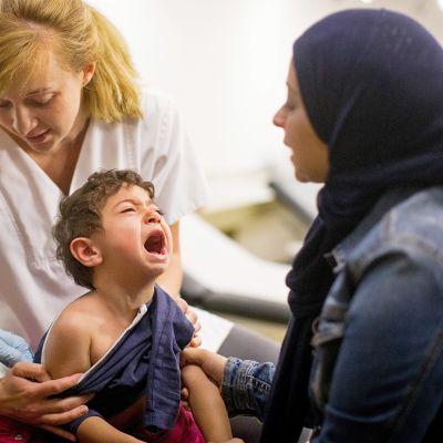 Kaksivuotias syyrialaispoika Ubaid Diab saa tuhkarokkorokotteen.