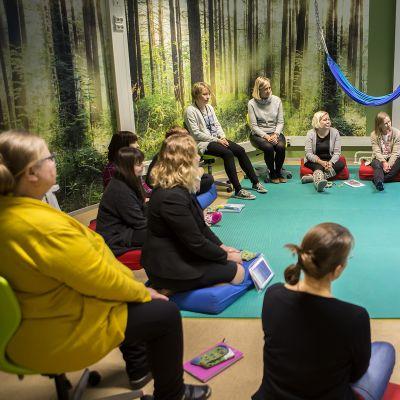 Onnellisuuskoulutusta opettajille Myllymäen koulussa.