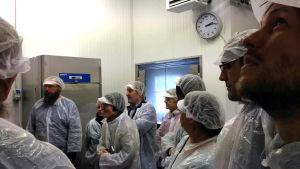 Utländska gäster på besök i det producentägda slakteriet Tajma i Pedersöre.