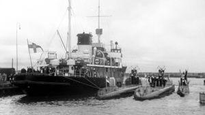 Emälaiva Sisu ja sukellusveneitä