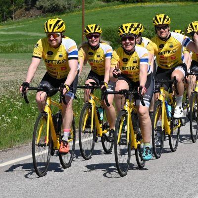 Team Rynkeby - God Morgon Finlandin pyöräilijöitä maantiellä.