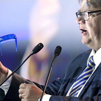 Timo Soini pitämässä puhetta puoluekokouksessa Jyväskylässä lauantaina.