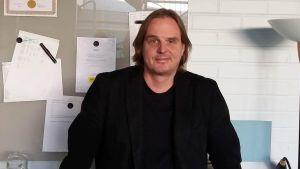 Lektor Ulf Lindroos talar om gymnasielärrnas stress.