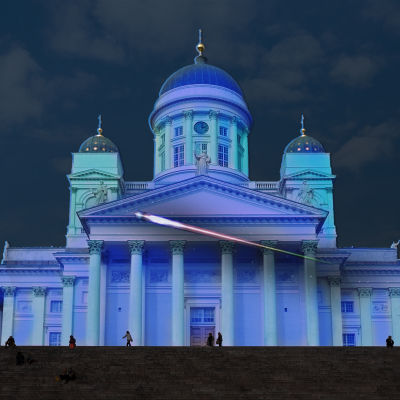 Helsingfors Domkyrka i lila sken.