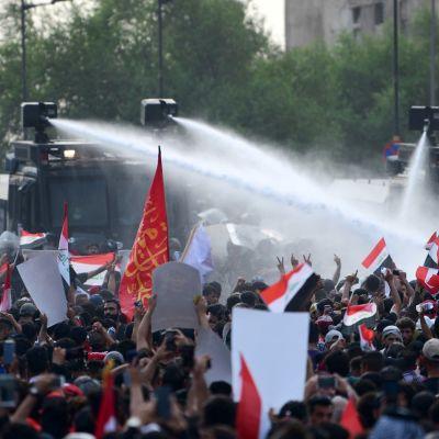 Mielenosoitusta Bagdadissa hajotettiin muun muassa vesitykkien avulla.