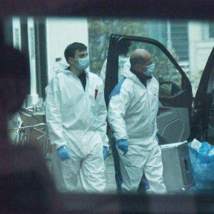 Två poliser i skyddsutrustning undersöker platsen för terrordådet i centrala Wien.