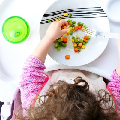 lapsi syö vihanneksia