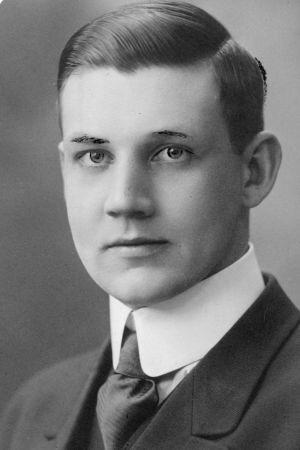 Ett svartvitt foto av Rafael Mellin i kostym.