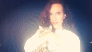 Musikern Galina Ozeran med katt i famnen, ser in i kameran.