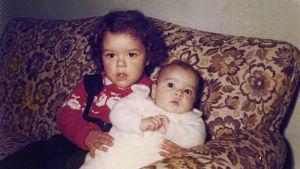 Amanda och Laura Hietala som barn.