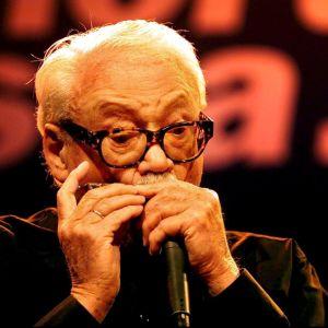 Toots Thielemans spelar munharmonika