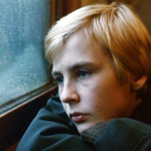 Viulisti Arto Arsi lapsena (Jan Söderblom). Elokuvasta Da Capo.