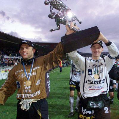 Andras Vilnrotter ja Tero Penttilä juhlimassa Veikkausliigan voittoa 1999.