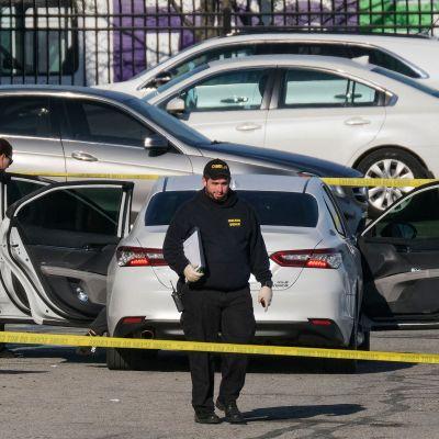 Rikospaikkatutkijoita ampumispaikalla Indianapolisissa perjantaina.