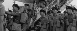 Sotilaita nousemassa laivaan