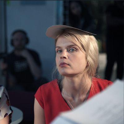 Essi Hellén ja Alina Tomnikov istuvat Blind Donnan kuvauksissa.