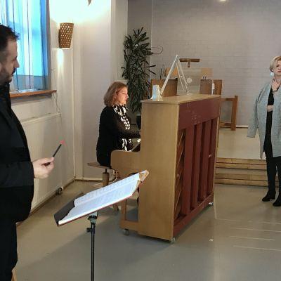 Rigoletto oopperan harjoitukset Joensuun oopperaseuran esitystä varten. Ohjaajana Markku Pölönen.