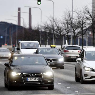 Liikennettä Helsingissä 11. joulukuuta 2018. Taustalla Hanasaaren hiilivoimalan hiilikasa.