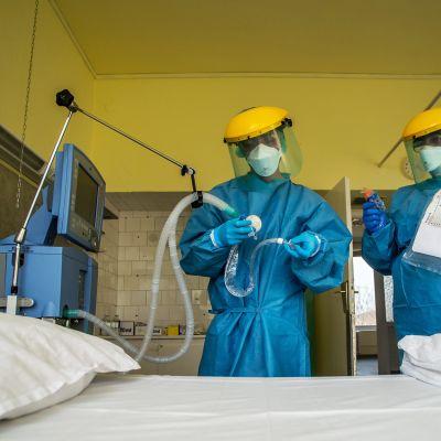 Hengityskonetta tarkastetaan sairaalassa Budapestissa.