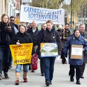 Demonstration mot kärnkraften i Umeå centrum