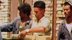 Muurari muuraa seinää Irakissa vuonna 1980.