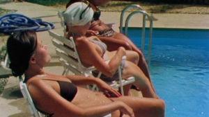 """Suomalaiset ottavat aurinkoa """"Finncampissa"""" Bagdadissa vuonna 1980."""