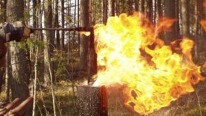 Miekan karkaisu öljyssä ja öljypalo